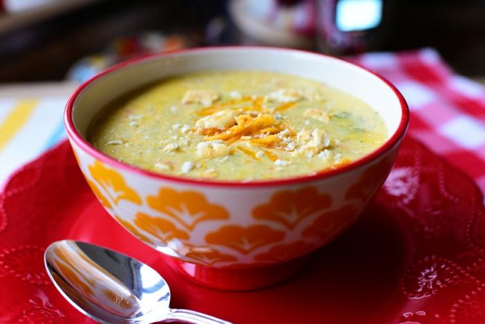 manger sainement, bol à soupe, cuillère, serviette multicolore, menu équilibré, soupe à brocoli, alimentation équilibrée
