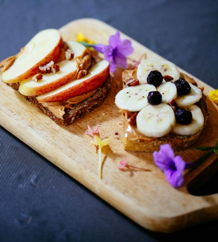 manger sainement, planchette en bois, menu équilibré, pommes rouges, bananes, alimentation équilibrée