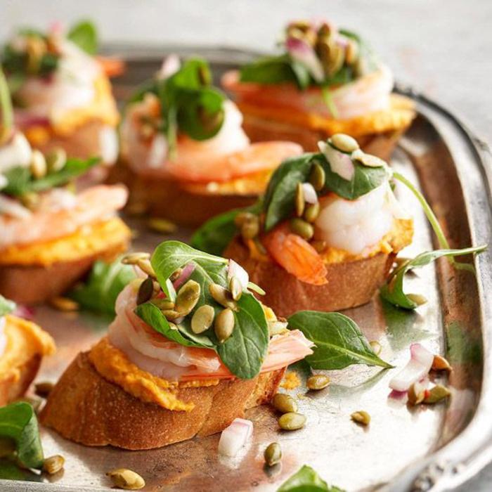 la tartine italienne revisitée, recette sophistiquée pour un apéritif dînatoire gourmand, tartines aux crevettes et à la purée de citrouille