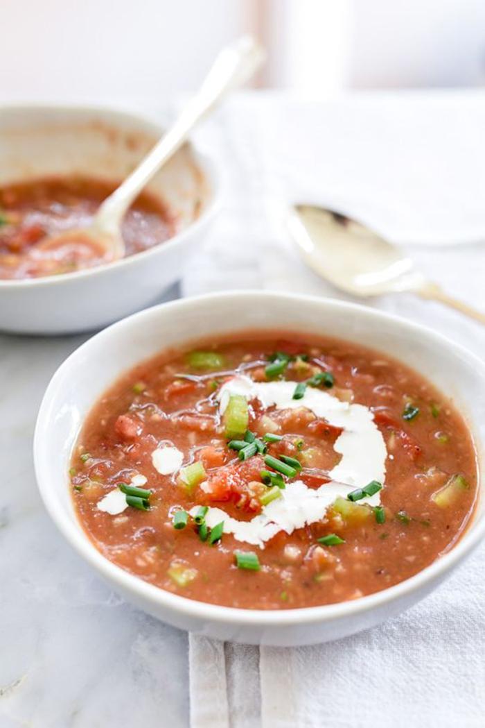 comment préparer une soupe froide à l'espagnole, gaspacho andalou de tomates, concombres et poivrons