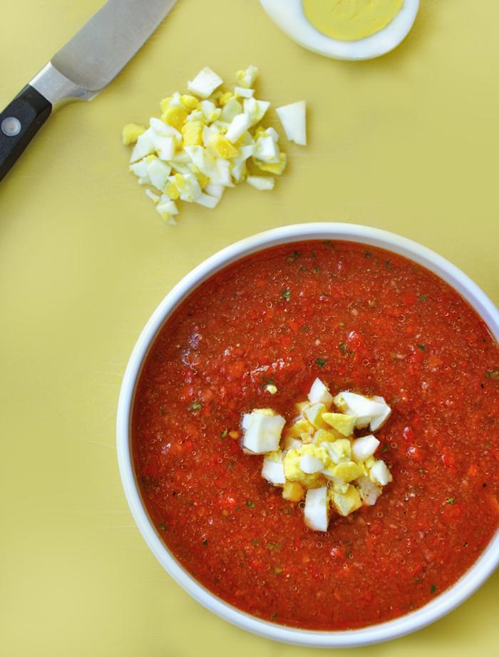 recette rapide et facile de soupe froide de tomates garnie d'oeuf dur coupé en petits morceaux