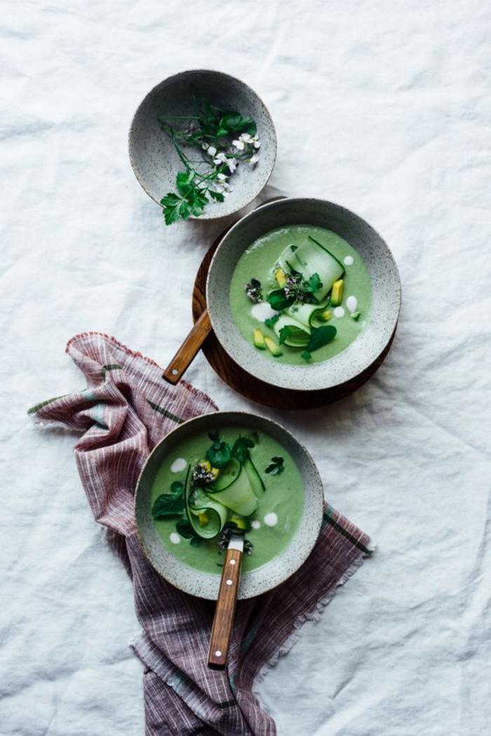 une soupe froide verte façon gaspacho, gaspacho vert d'avocat et de concombre