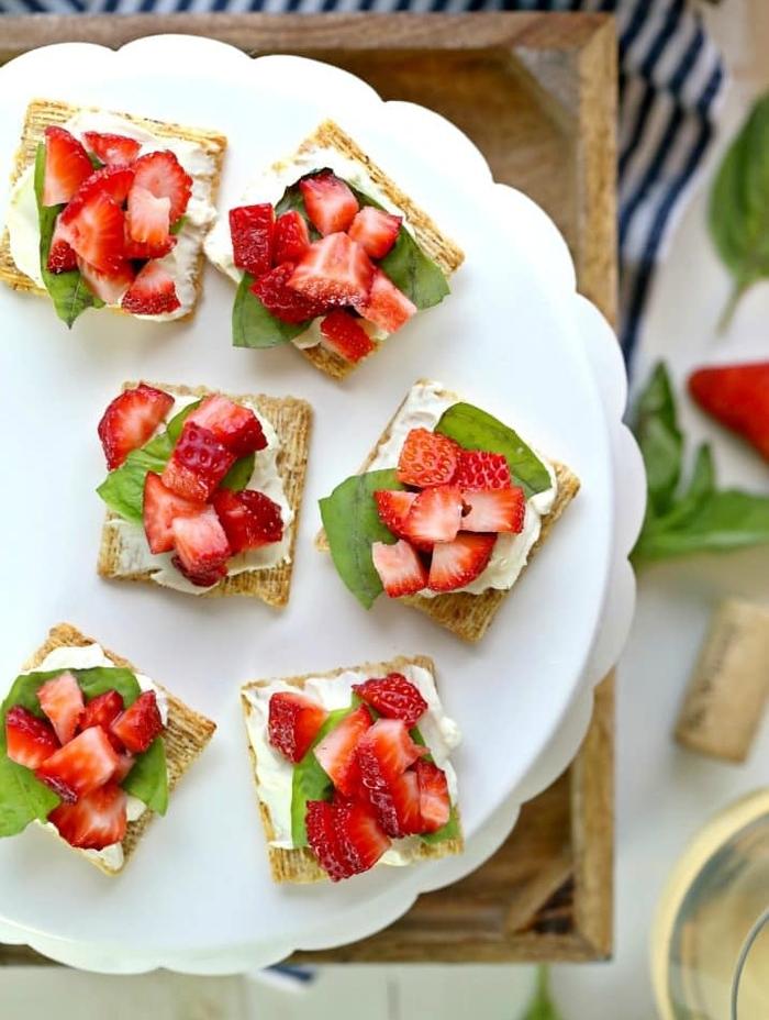 bruschetta aux fraises et au mascarpone servie comme dessert