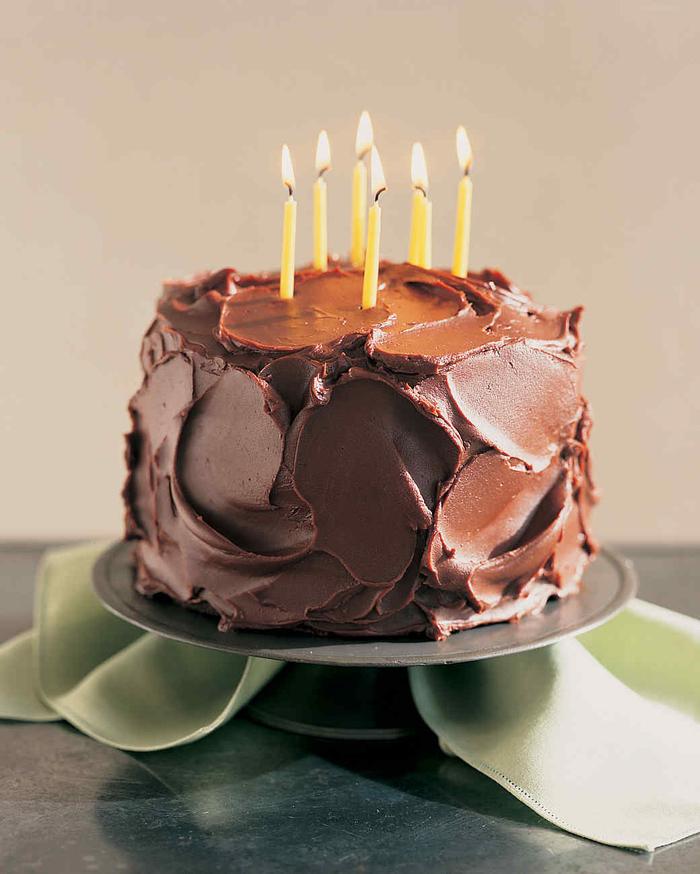 délicieux gâteau anniversaire décadent d'une couche généreuse de glaçage au chocolat