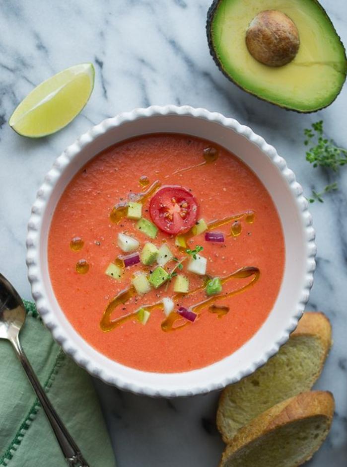 une soupe froide de tomates et d'avocats, idée gourmande pour une recette estivale et saine