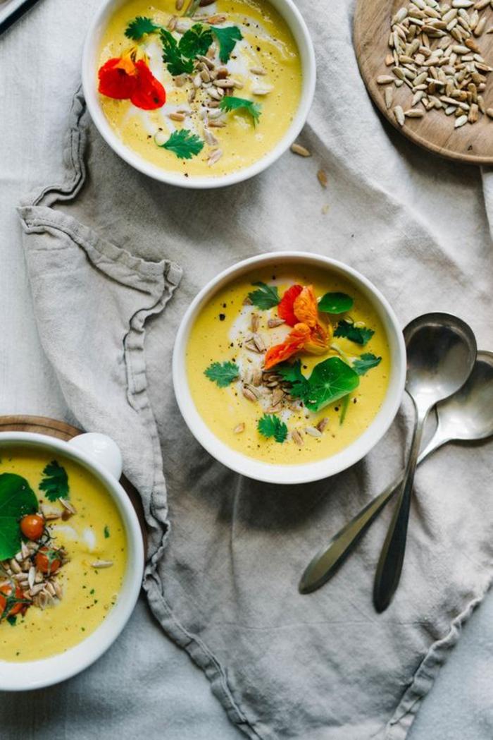 le gaspacho andalou revisitée, recette de soupe froide de tomates jaunes et de graines de tournesol