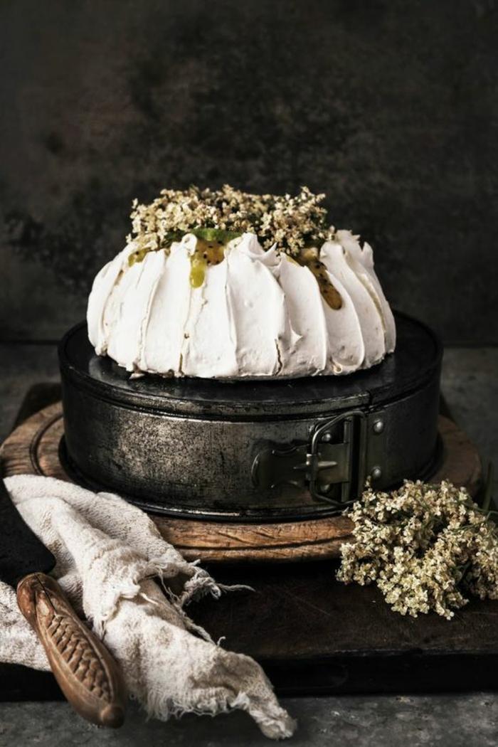 recette de pavlova aux kiwis, à la crème de citron et à la crème aux fleurs de sureau