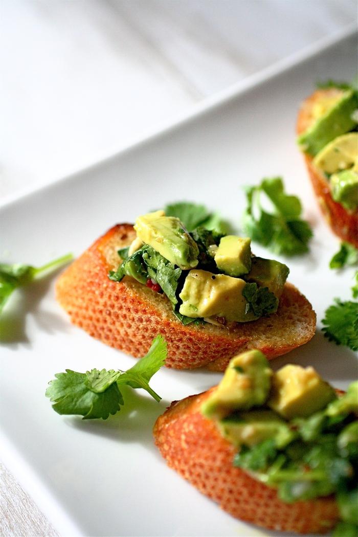 comment préparer une bruschetta chimichurri à l avocat, une recette de tartine rapide pour un déjeuner saine et équilibré