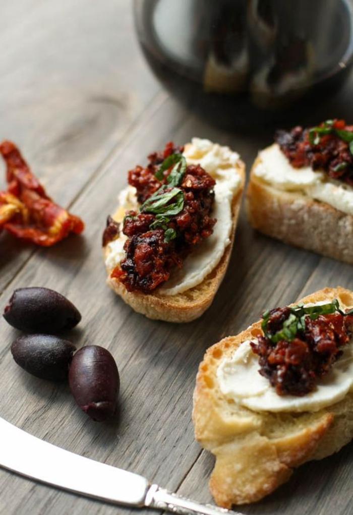 recette de bruschetta végétarienne facile aux tomates séchées au soleil et aux olives kalimata