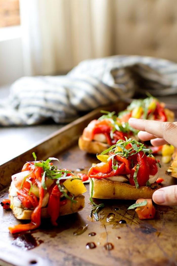 recette de tartine italienne aux tomates, aux poivrons grillés et à la mozzarella, recettes apéritif dînatoire rapide et délicieux