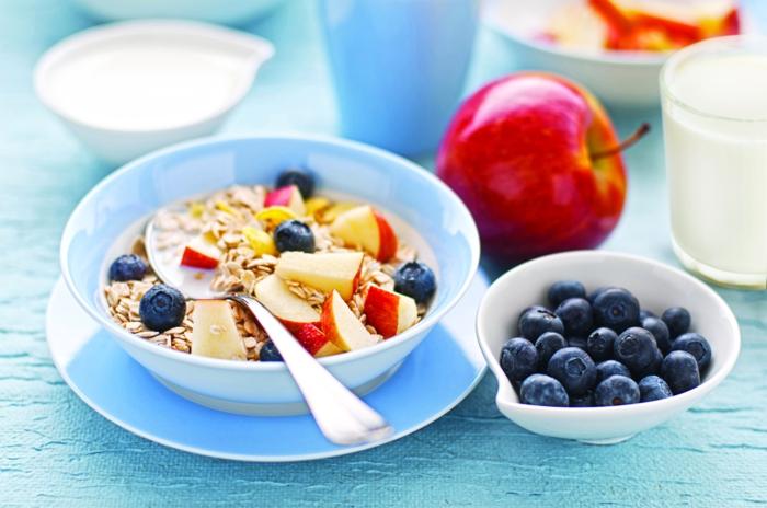 menu équilibré, bol blanc, pomme rouge, myrtilles, alimentation équilibrée, petit déjeuner sain