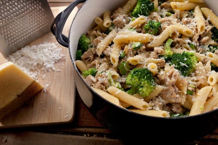 menu équilibré, fromage râpé, alimentation équilibrée, brocolis, casserole, planchette en bois