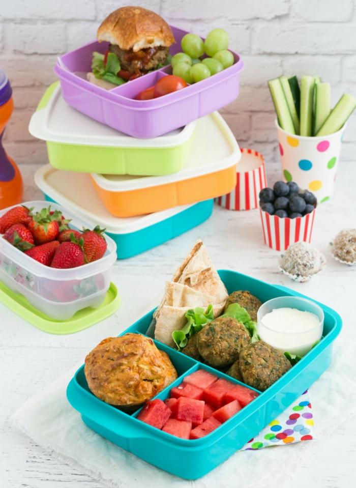 comment manger équilibré, raisin, tasse multicolore, boîte de déjeuner turquoise, muffin, manger sainement