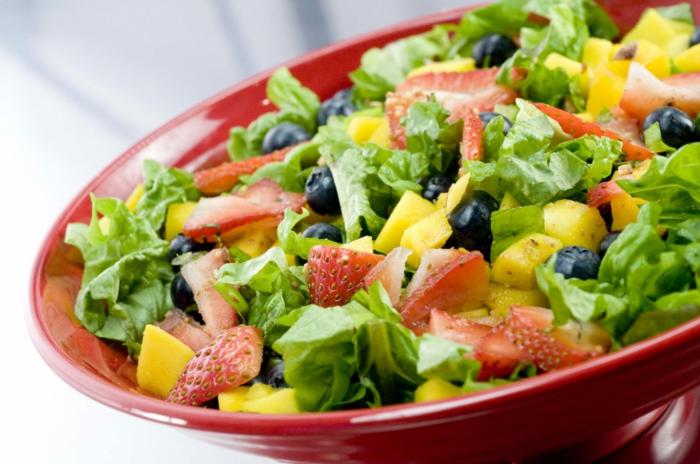 plat équilibré, assiette rouge, légumes, menu sain, chou, fraises, olives, manger équilibré