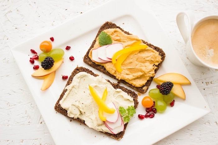 menu équilibré, fruits, raisin, pommes rouges, beurre, tranches de pain de blé entier, alimentation équilibrée