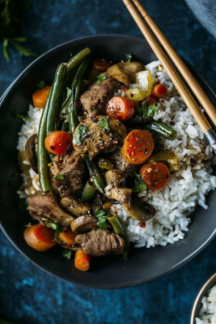 comment manger équilibré, poêle, viande aux légumes, carottes, riz, menu équilibré