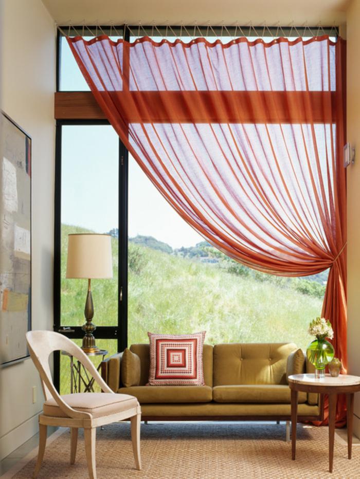 salon au design épuré qui associe le beige, la couleur sienne et le kaki