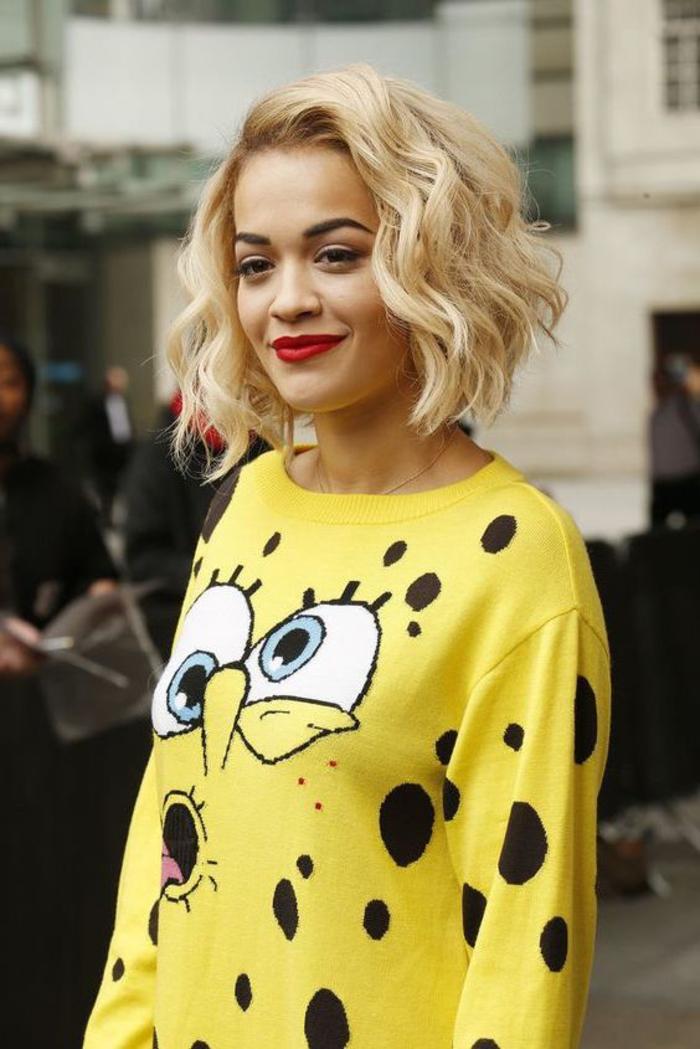 rita ora, coiffure courte, cheveux blond, carré ondulé vintage choc une tenue décontractée stylée