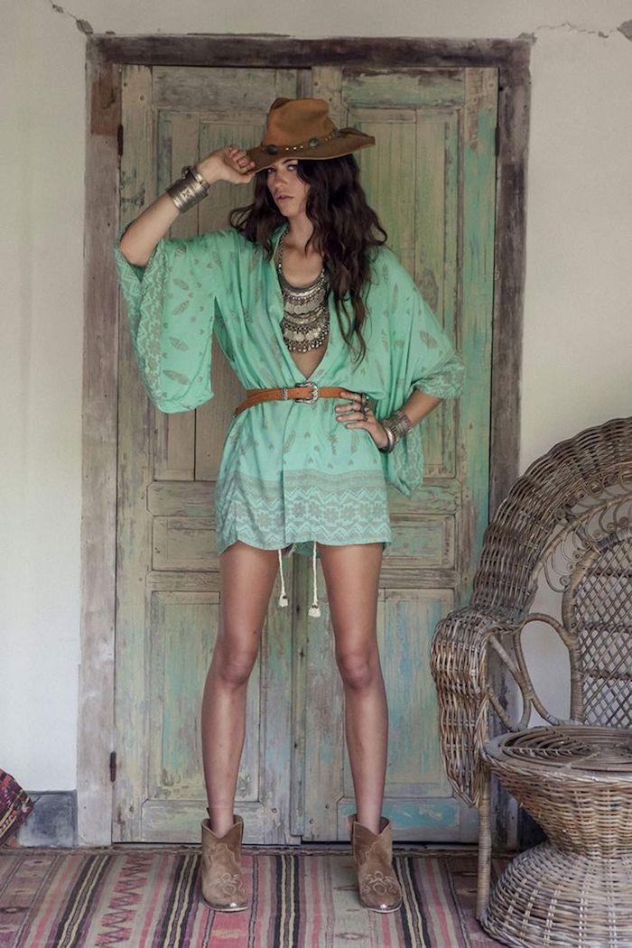 style bohème, capeline marron, tapis à motifs ethnique, porte verte vintage, chaise en rotin, cheveux marron foncé