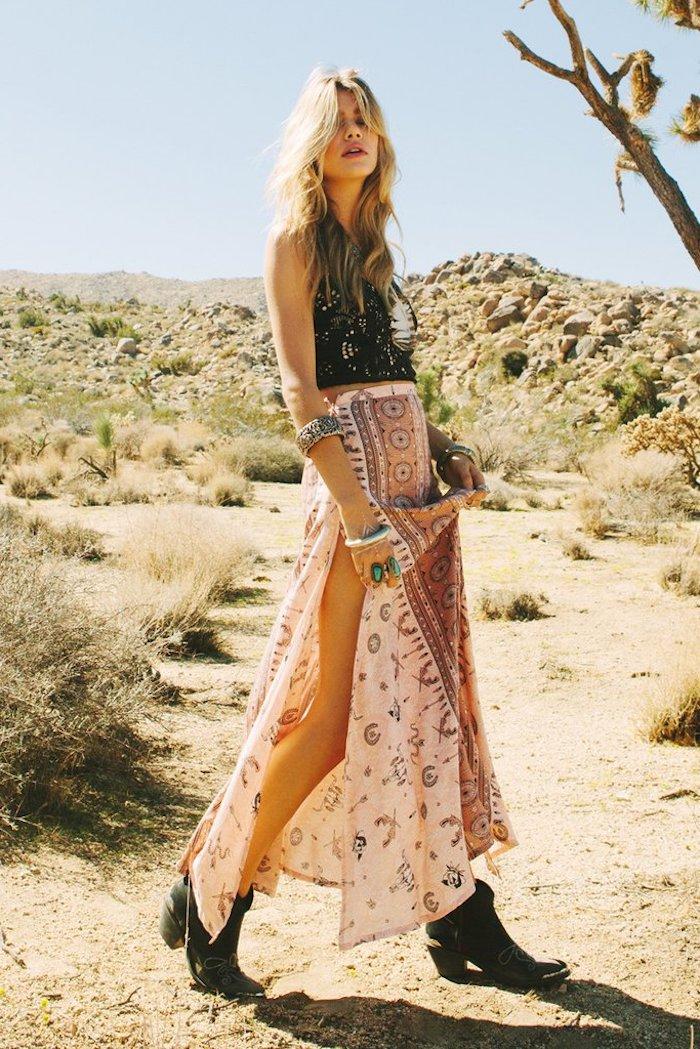 style bohème, femme dans le désert, bottines noires, cheveux blonds, tenue en deux pièces