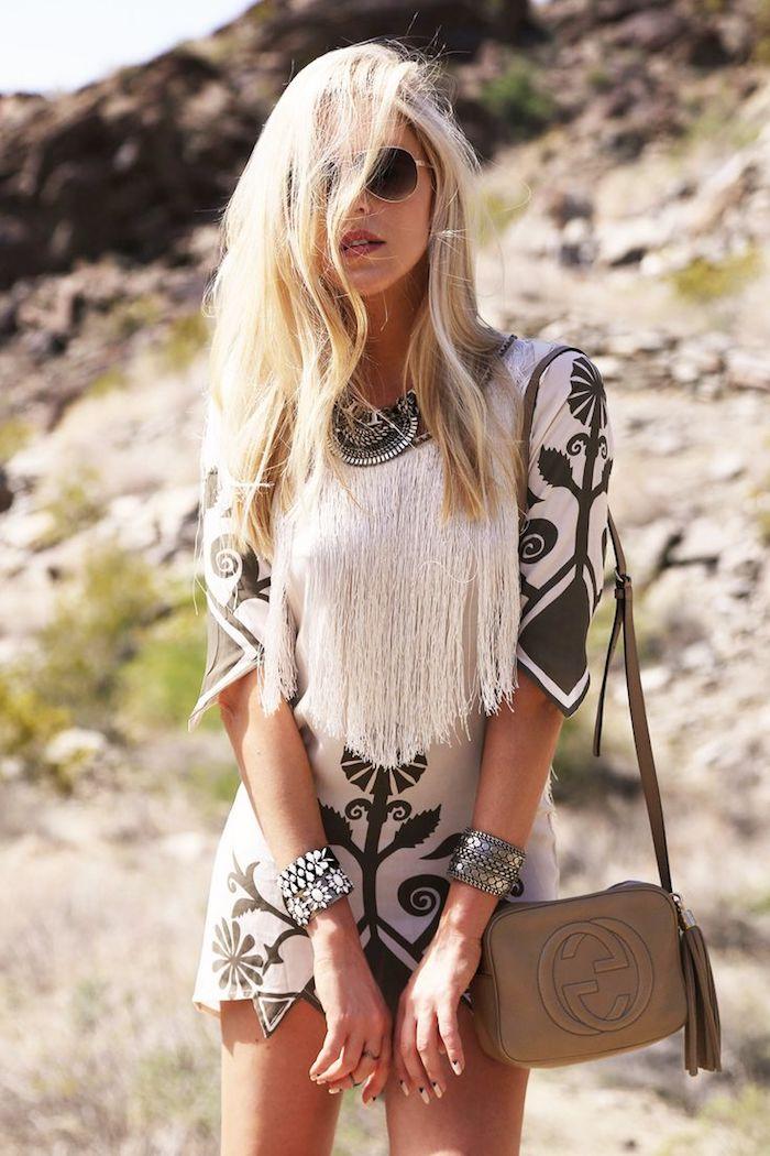 style bohème, pochette marron, coloration blonde, lunettes de soleil, rouge à lèvre, robe ethnique