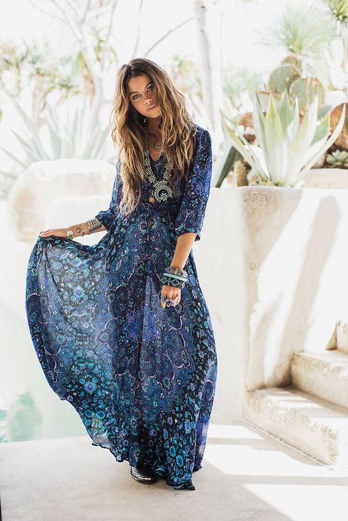 style bohème, coloration balayage californien, plantes vertes, collier ethnique, robe longue en bleu foncé