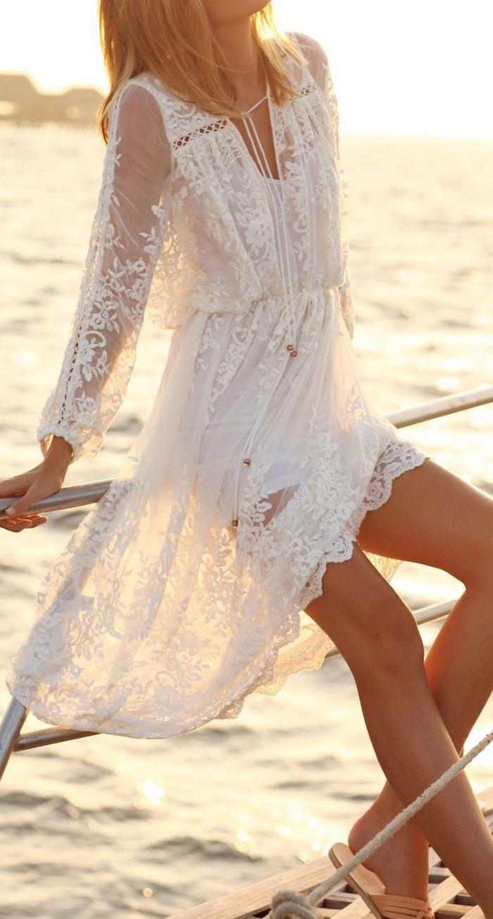 style bohème, femme au bord de mer, coupe de cheveux mi long, sandales beige