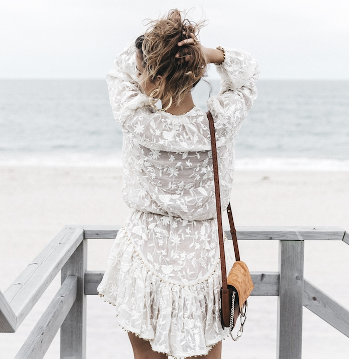 look bohème, balayage cheveux, bracelet en perle de bois, pochette en velours marron