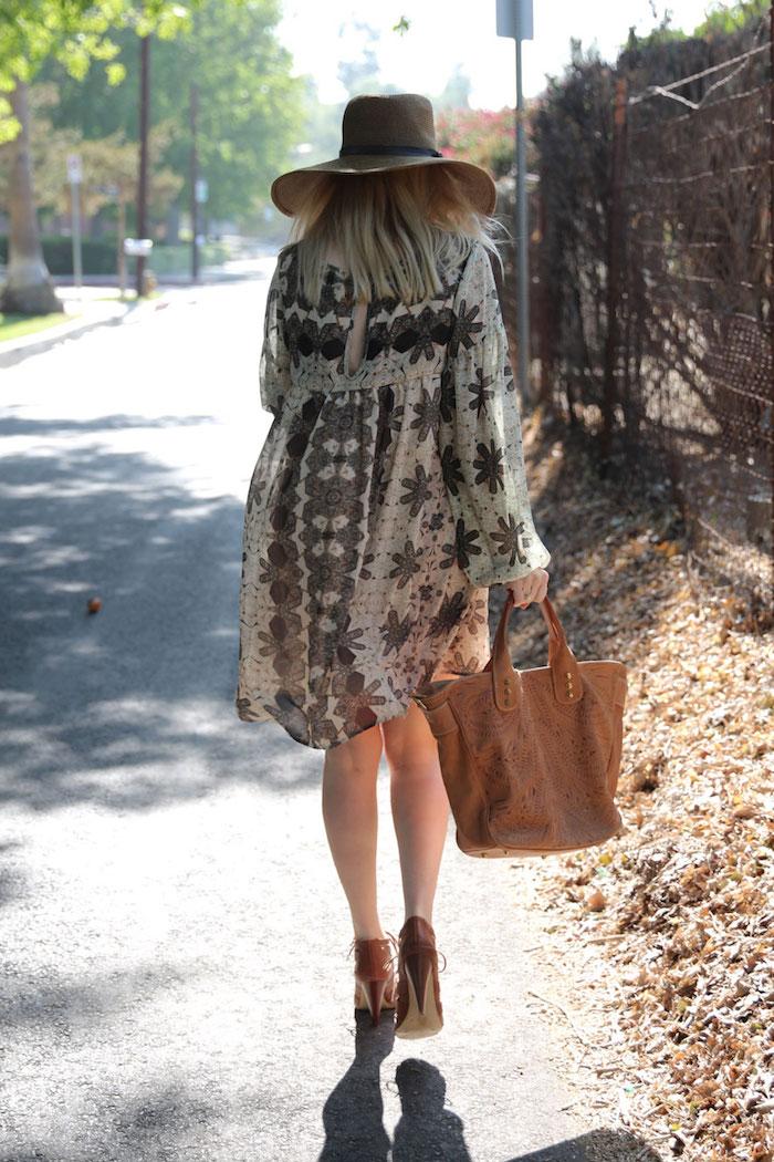 style bohème, sac à main marron, capeline beige avec ruban noir, tunique blanc et noir