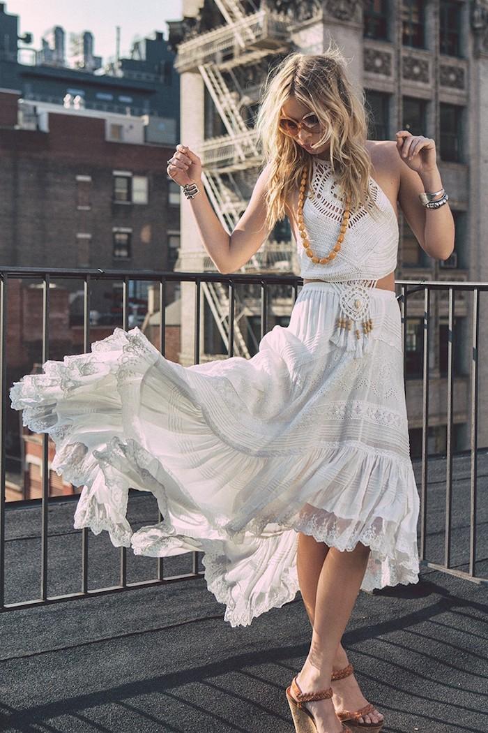 look bohème, balayage californien, bracelets ethniques, robe en deux pièces, top crop avec attrape-rêve en crochet