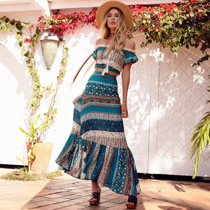 style bohème, capeline en paille, balayage cheveux, sandales hautes, robe avec manches courtes, robe bohème