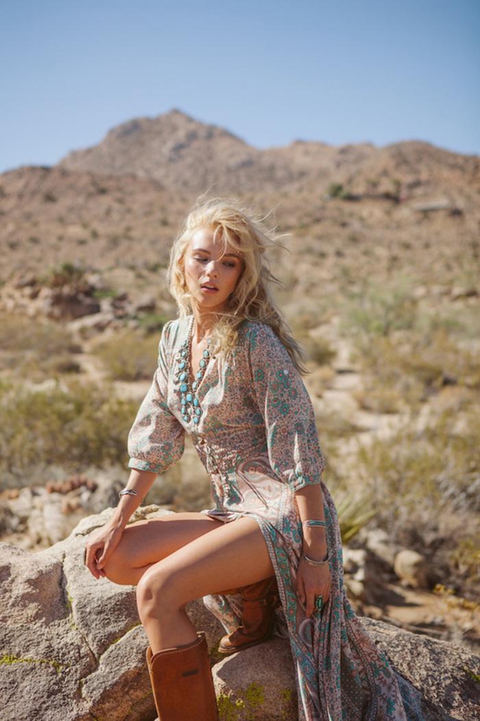 robe bohème chic, bracelet en turquoise, coloration blonde, collier ethnique, robe beige et turquoise, look bohème