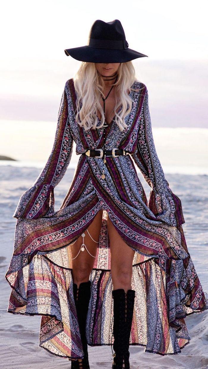 look bohème, coloration blonde, femme sur la plage, robe ethnique avec ceinture noire