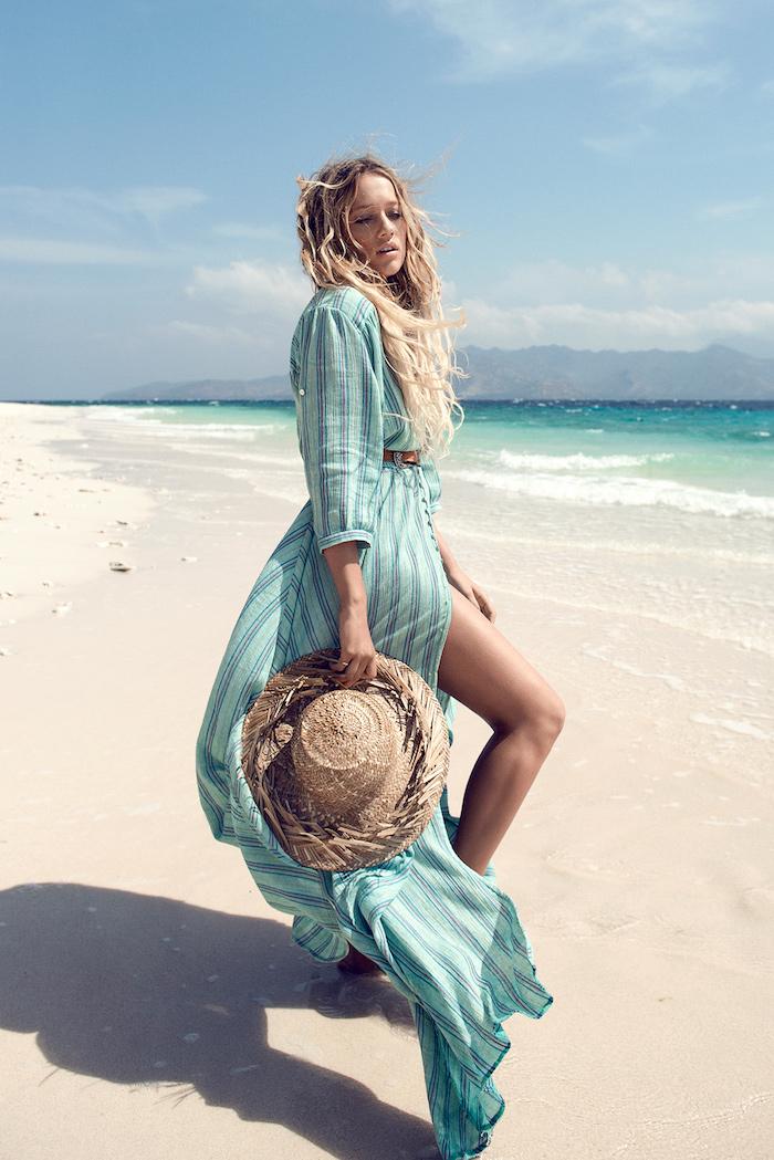 boheme chic, femme sur la plage, chapeau beige, ceinture marron, robe longue en bleu-vert