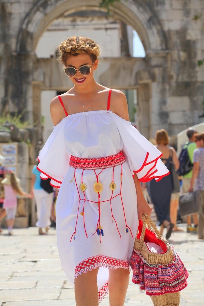 look bohème, coiffure avec tresse, rouge à lèvre bordeaux, lunettes de soleil femme