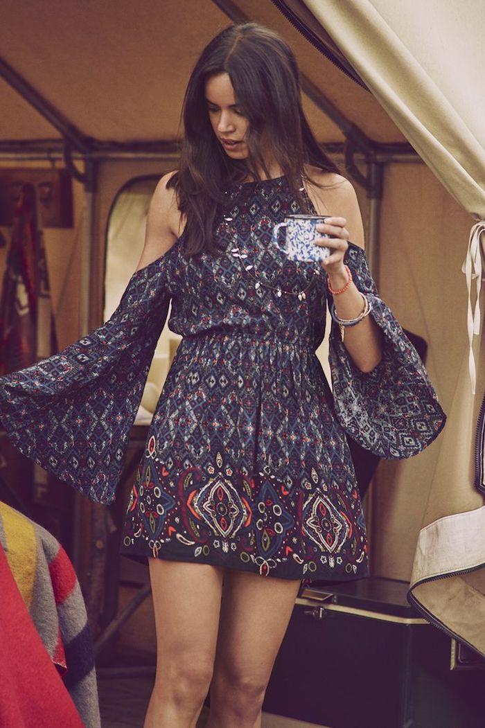 vetement boheme, caravane, tasse à café, bracelet rouge, coupe de cheveux mi longs, robe bleu foncé