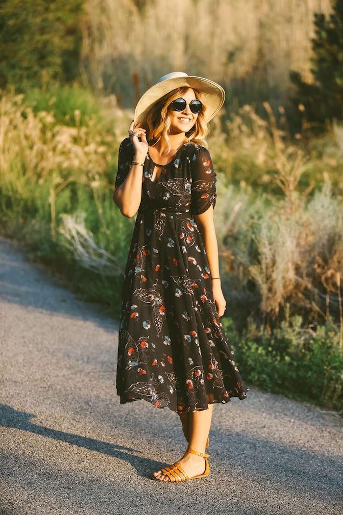style bohème, lunettes de soleil, boucles cheveux blonds, bracelet, robe longue