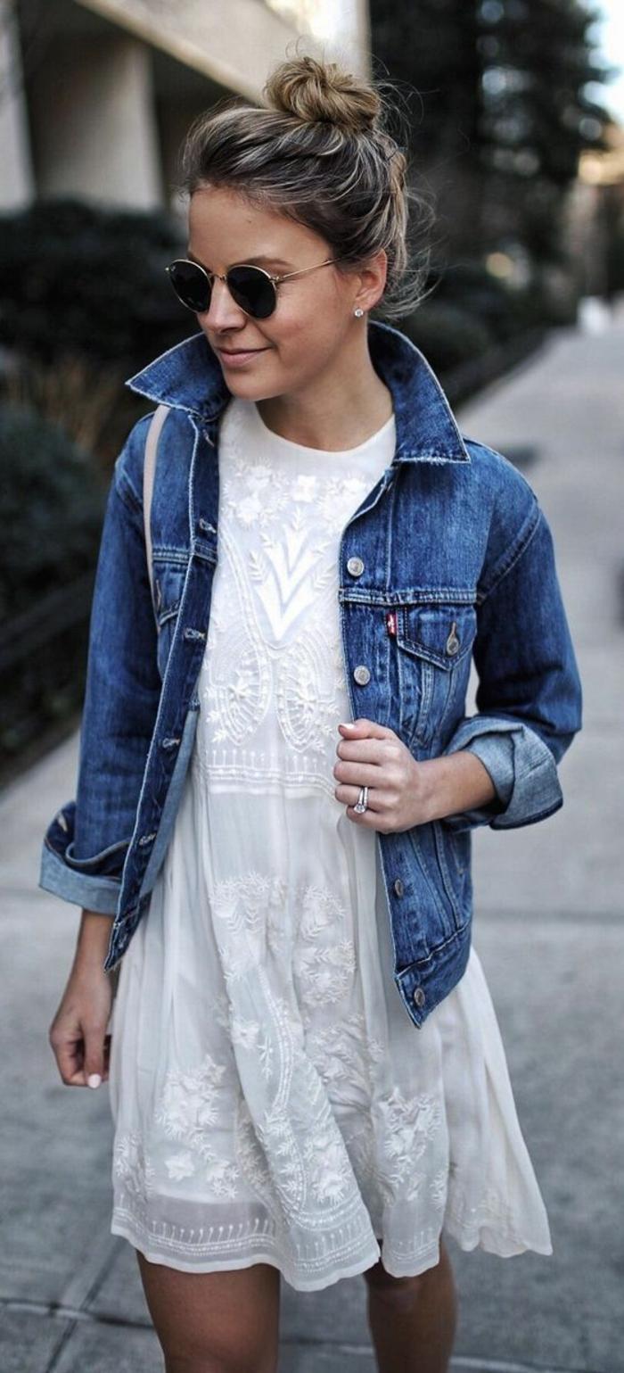 Adorable idée tenue pour la rentrée tenue rentrée robe blanche dentelle et denim veste