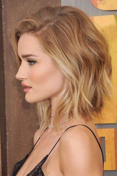 rosie huntington carré flou avec de legeres boucles, cheveux blond, coiffure asymétrique féminine
