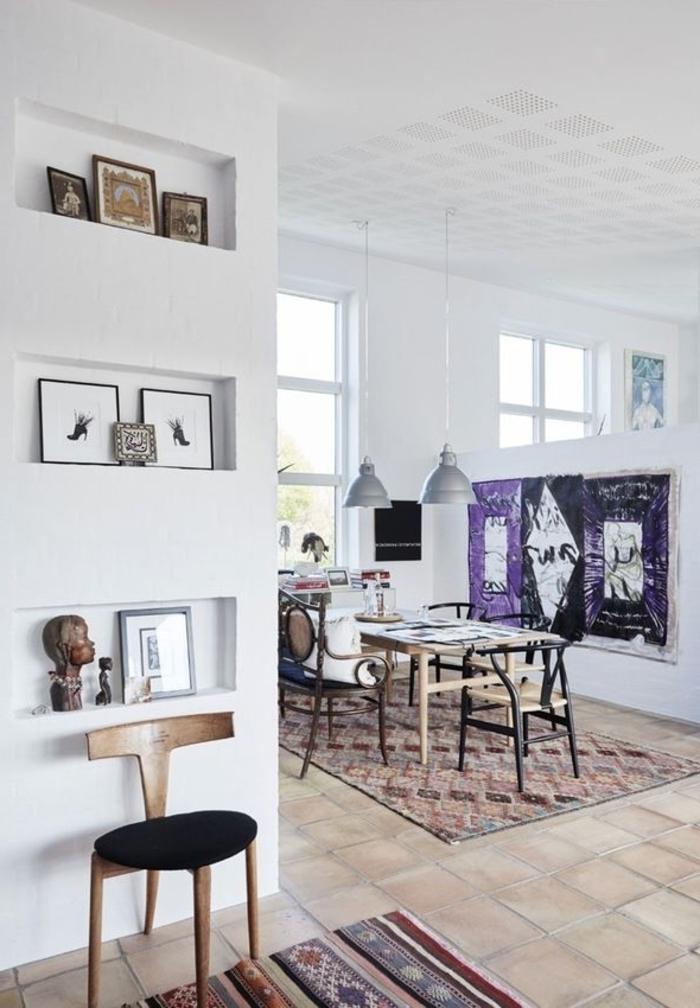 salon au design moderne qui mixe la déco scandinave et des éléments ethniques