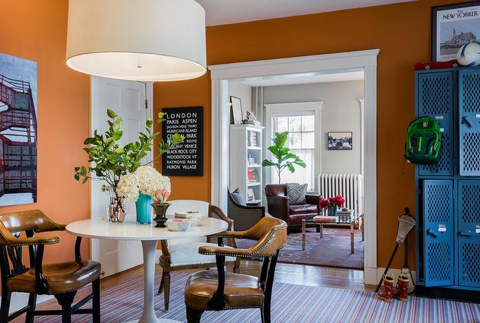une salle à manger ouverte sur le salon qui associe la déco en blanc et bleu à la peinture élégante couleur sienne