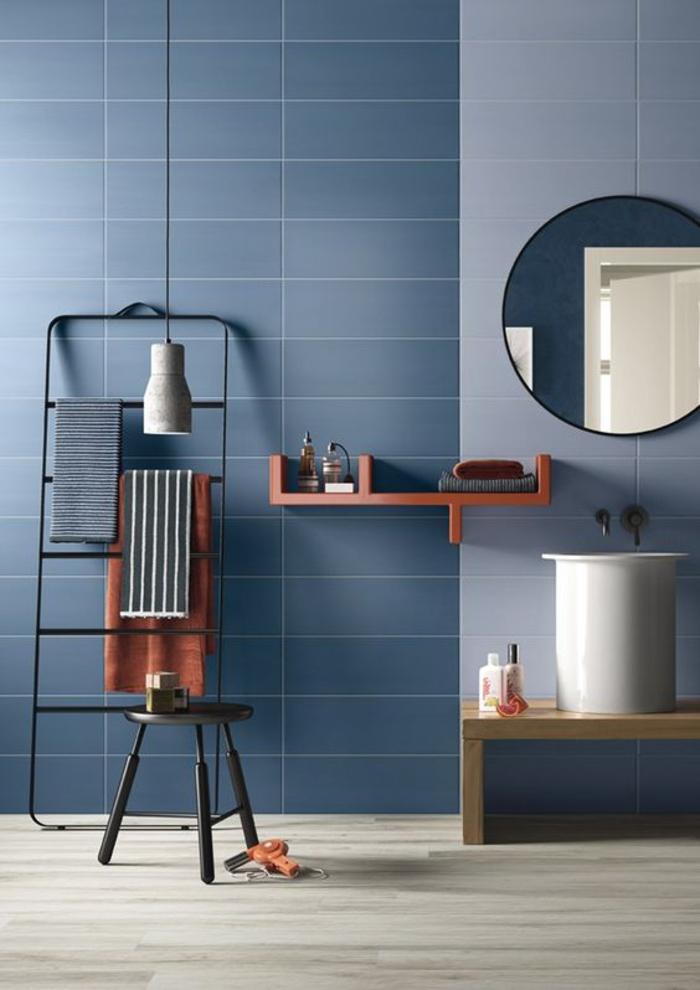 une salle de bain au design épuré aux nuances de bleu et aux accents déco en terre de sienne