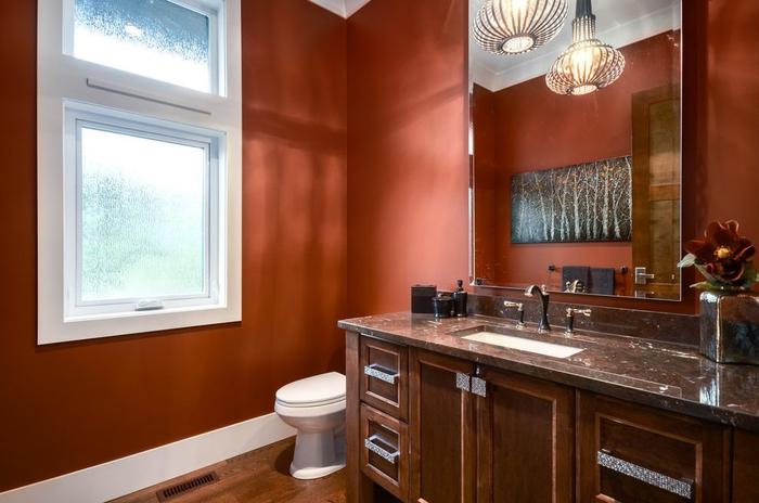 une salle de bain couleur sienne, un meuble salle de bain élégant en bois foncé