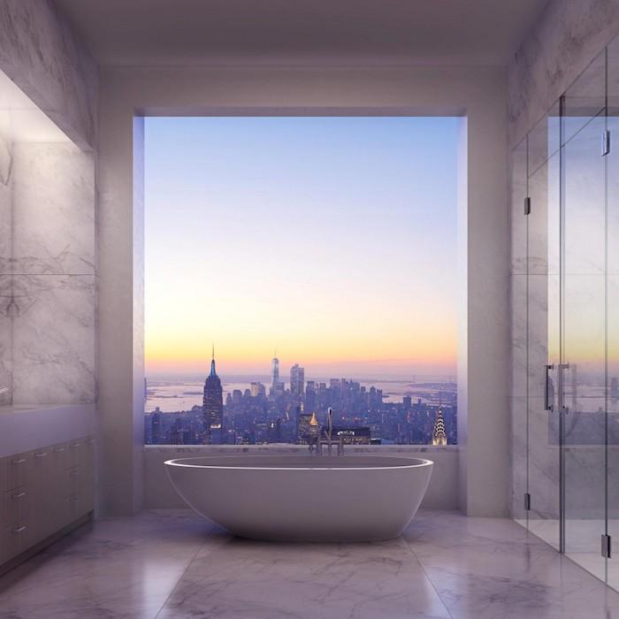 decoration salle de bain, plafond blanc, dallage effet marbre, baignoire, vue, fenêtre surdimensionnée