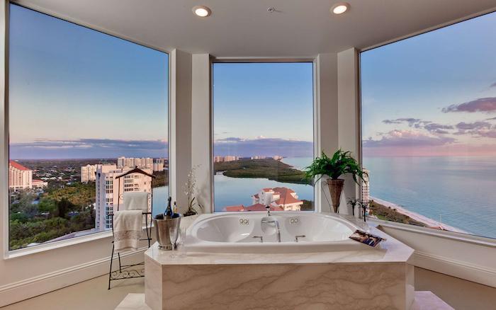 idee salle de bain, éclairage LED, plafond blanc, fenêtre surdimensionnée, serviette blanches, porte-serviette