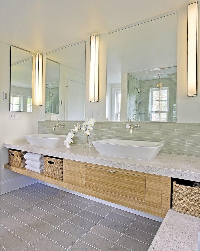 decoration salle de bain, dallage, panier en paille, plafond blanc, orchidée blanche, idee salle de bain