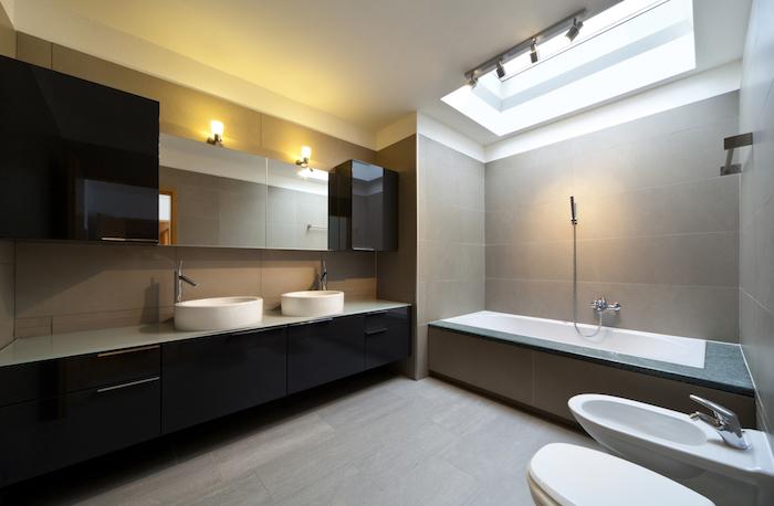 deco salle de bain, dallage couleur neutre, meubles de bain noirs, plafond blanc, baignoire