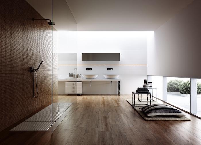 meubles salle de bain, paroi en verre, murs blancs, lavabo céramique, tapis beige, mur marron mosaïque