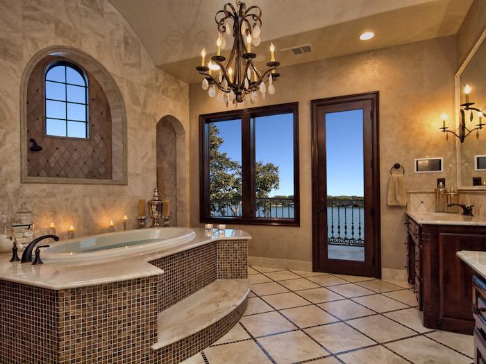 decoration salle de bain, couleurs neutres, porte en bois, grand miroir, lustre à bougies en fer, porte-serviette ronde