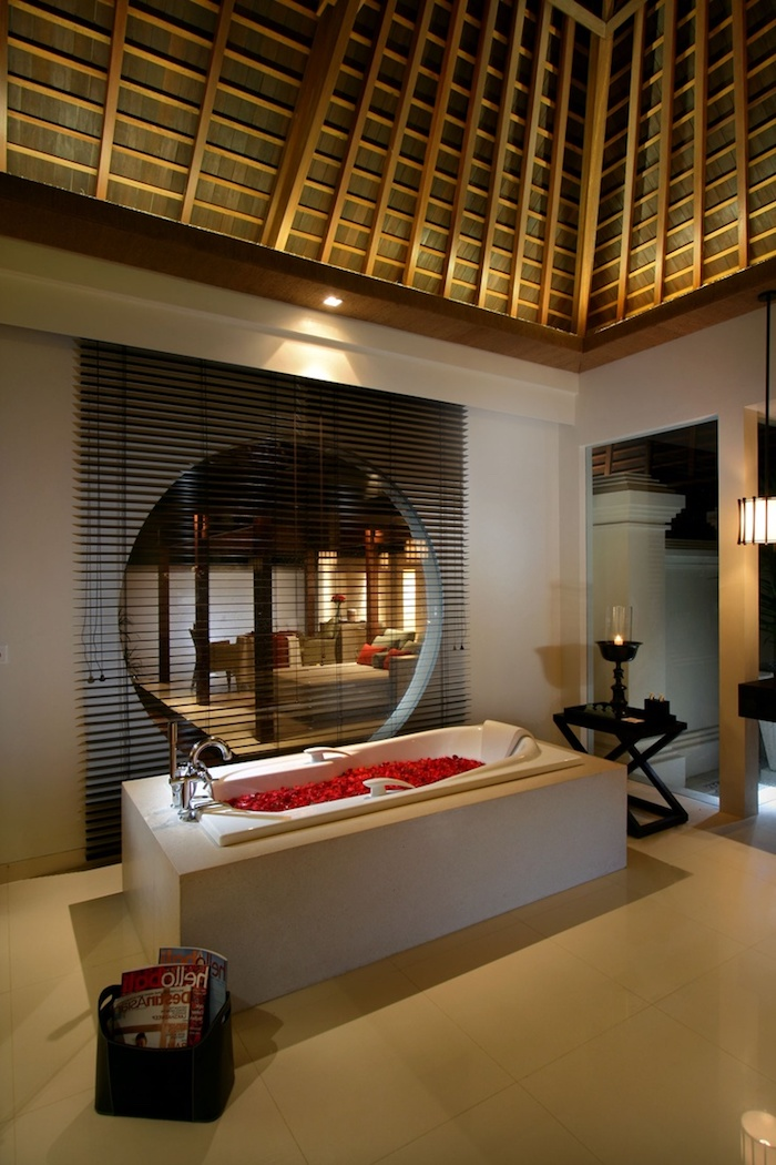 deco salle de bain, plafond en bois, éclairage led, petite table noire, dallage beige, murs blancs
